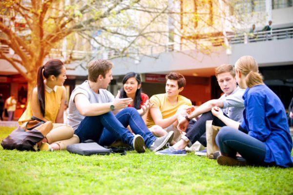 Sinh viên trong buổi họp nhóm